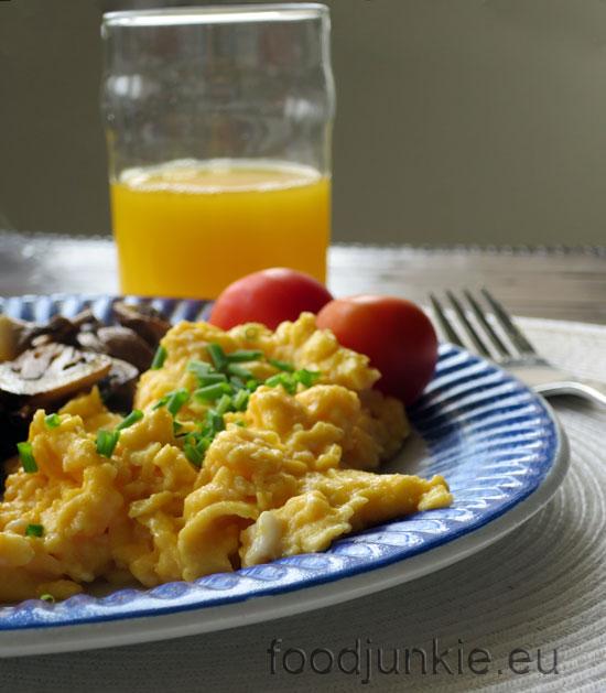 Κυριακάτικο πρωινό: αυγά scrambled, μανιτάρια σωτέ και καπνιστός σολομός
