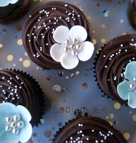 silver-flower-cupcakes-10