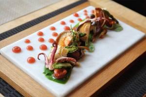 Φρέσκο ψητό καλαμάρι με μανιτάρια shitake, chorizo και κρέμα από καραβίδα και φινόκιο